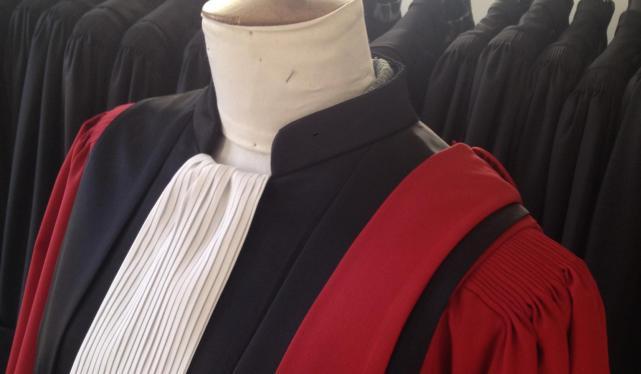 Robe de magistrat rouge